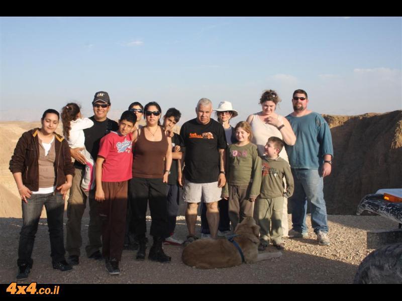 תמונה קבוצתית על רקע קניון חבר - נחל חבר