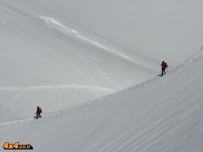 על מדרונות השלג נעים מאובטחים בחבל אחד לשני
