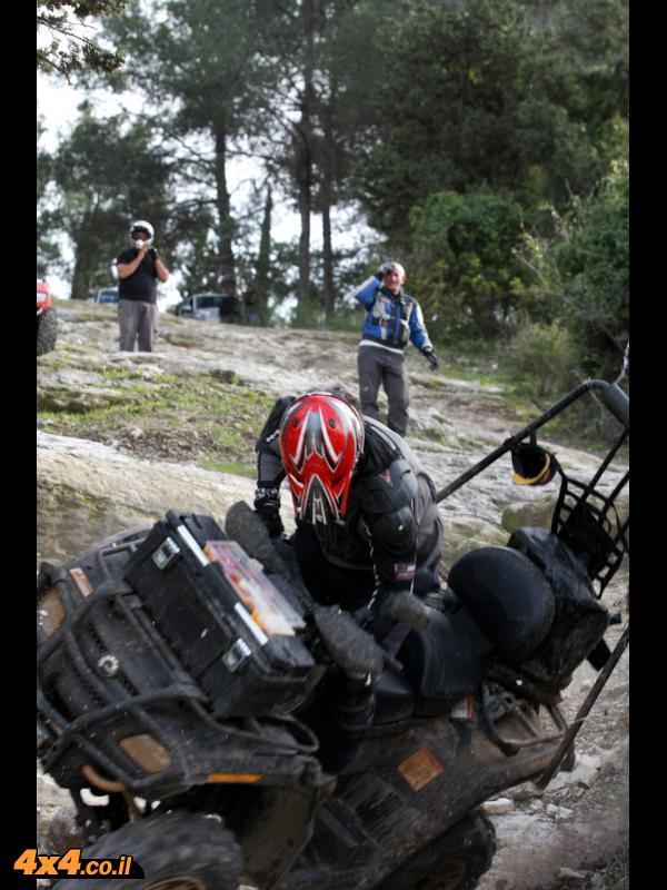תמונות של תומר פדר על רוכב עם קסדה לא רכוסה