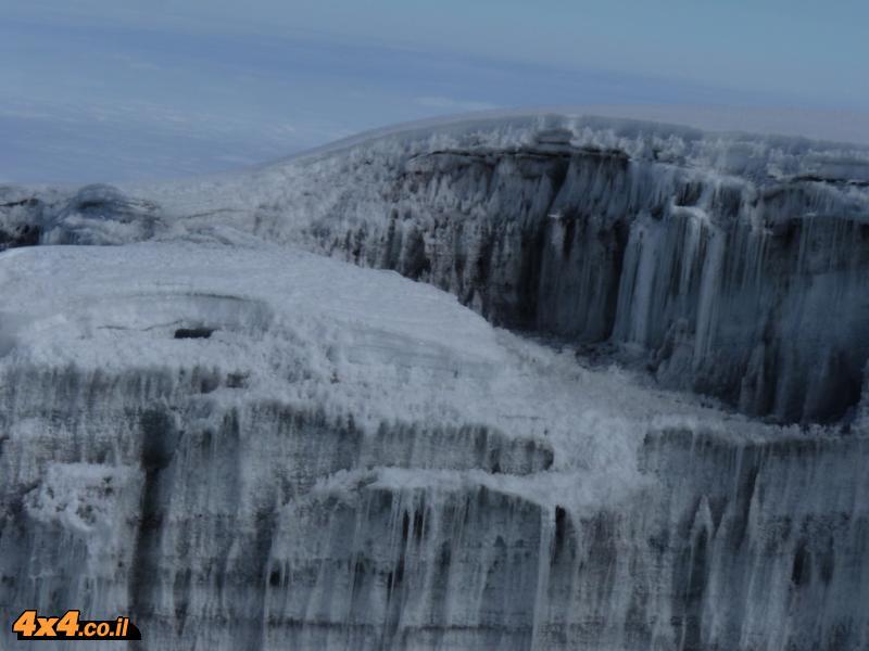 סביב הפסגה שאריות קרחונים ושלג מהתקופה שכל ההר היה קפוא