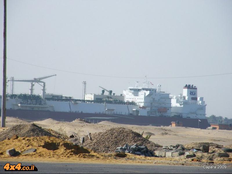 אוניה חוצה את המדבר...