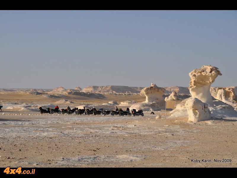 אופנועים מודרנים ופטריות בנות מליונים במדבר הלבן