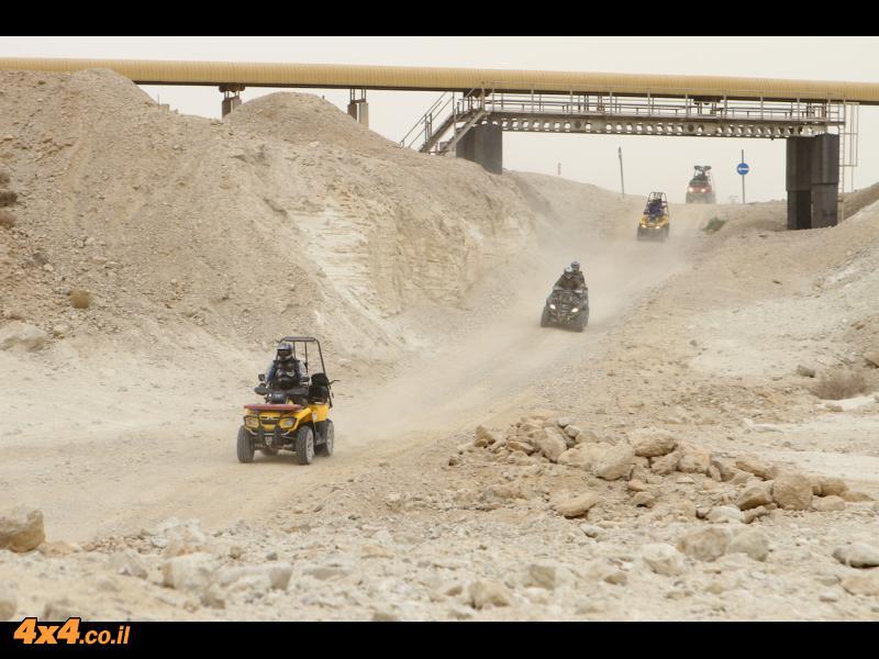 בדרום מדבר יהודה - חוצים תחת המסוע של מפעלי ים המלח