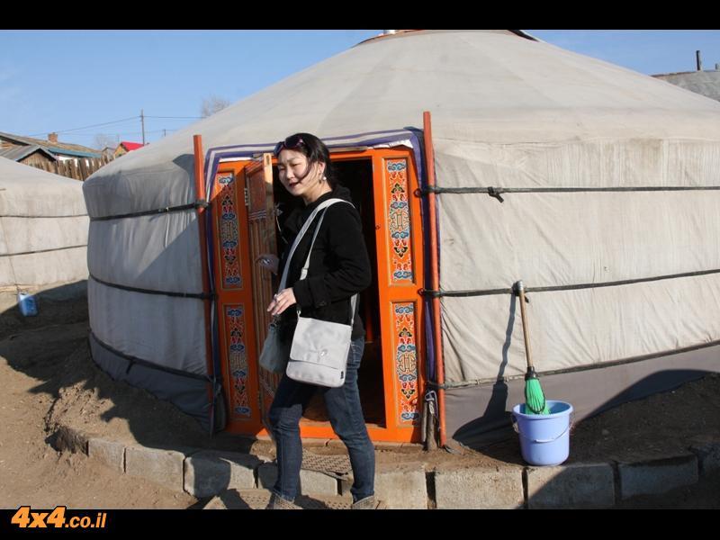 בלב העיר חיים עדיין בגר - אוהל מסורתי עגול שהוא כל הבית באוהל אחד