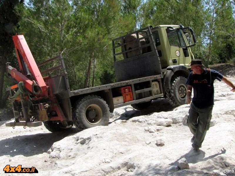 משאית איווקו 4x4 בהדרכת נהיגה בשטח טרשי