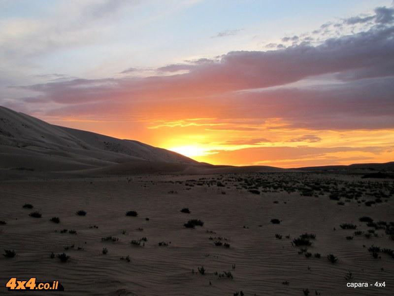 שקיעה על רצועת הדיונות במדבר הגובי