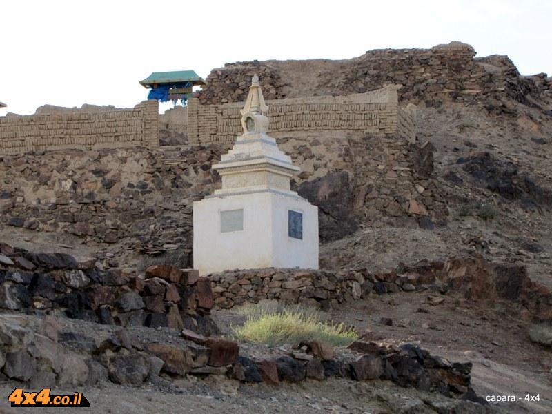 מנזר בודהיסטי נחבא בתוך ההרים
