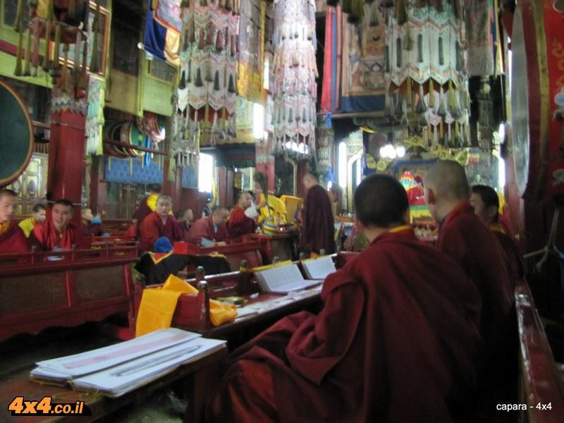 נזירים משננים פסוקים במנזר הגדול של אולן באטר