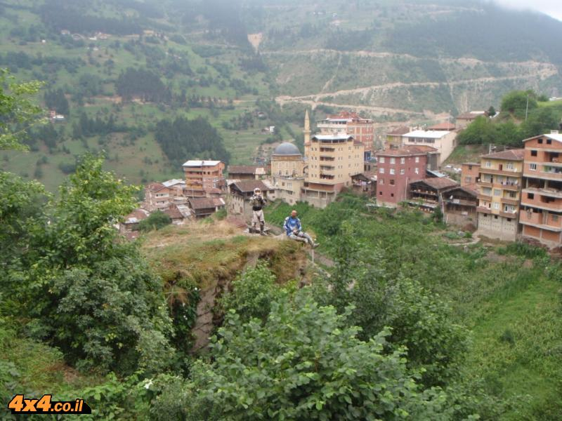 הנוף משכר ופראי, חלקו שממה מוחלטת וחלקו מיושב בכפרים קטנים המשתלבים בטבע