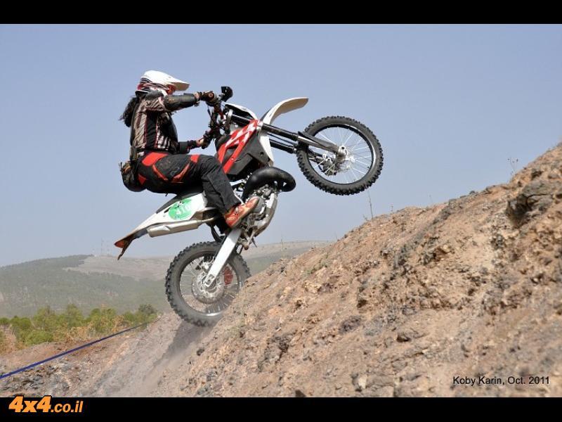 תמר נתנוב מקפצת במעלה הגבעה
