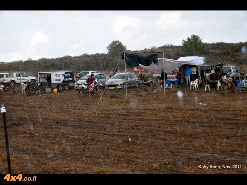 גם רכבי הסיוע מתבצבצים בבוץ