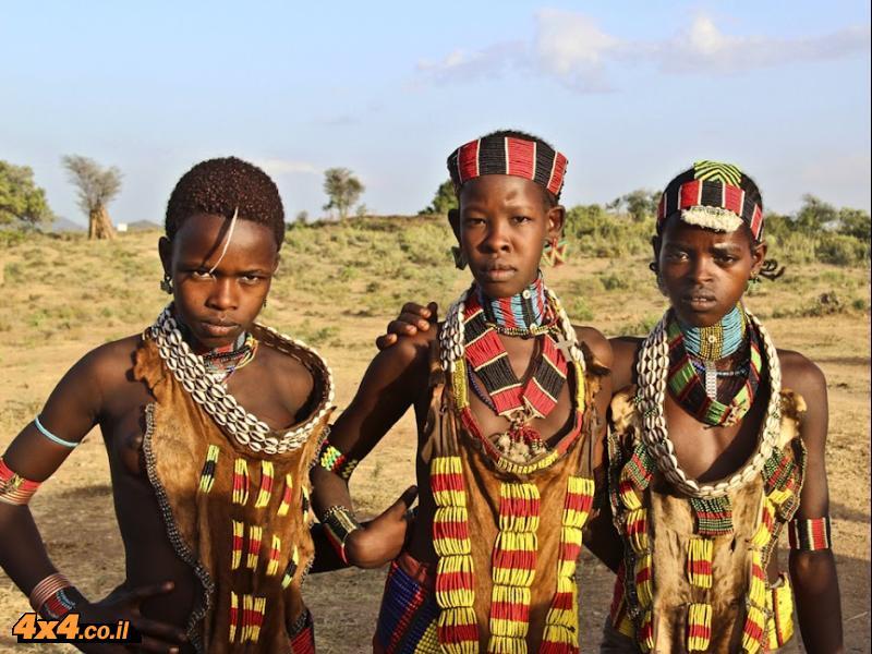 בנוסף למורסי נמצאים על גדות נהר האומו מספר שבטים מרתקים נוספים: