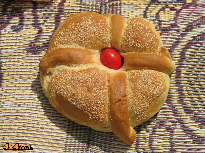 לחם פסחא עם ביצה