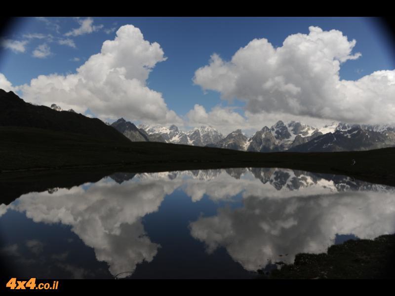 אחד משיאי המסע - באגם למרגלות הפסגה של הושבה 4,700 מטרים