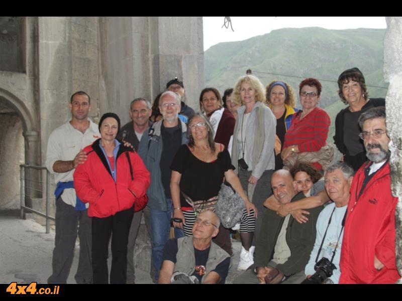 בפתח הכנסיה במערת וארדזיה