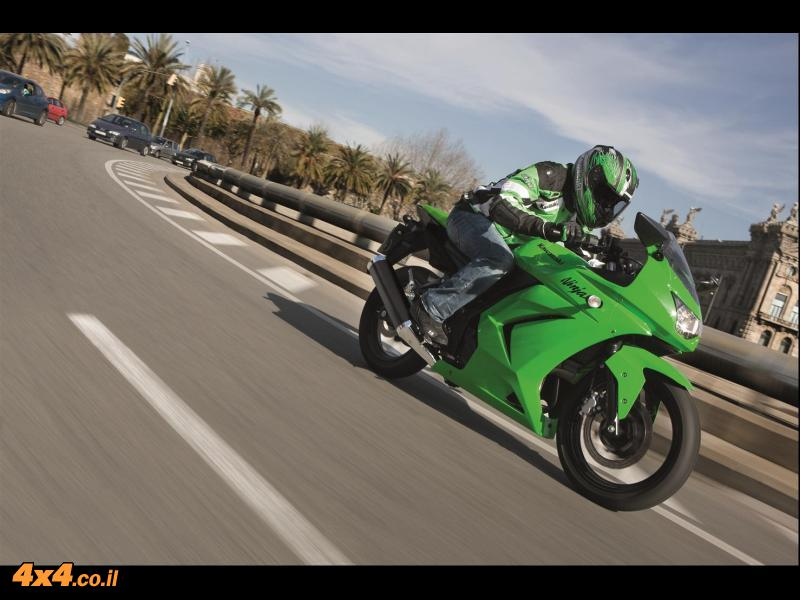 אופנועים: קורס יסודות רכיבת מסלול לבעלי אופנועי קוואסאקי מדגם Ninja 250R