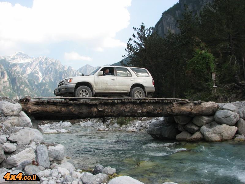 גשר העץ בכניסה לטאט