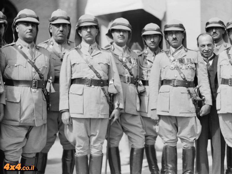 קצינים בריטים בחזית הארמון בבגדד, 1932