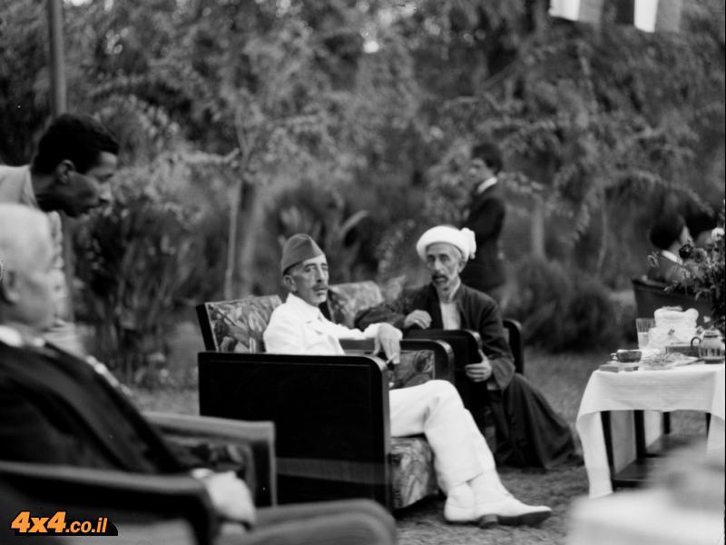 פייסל הראשון ואחיו האמיר עבדאללה בארמון המלכותי בבגדד, 1932