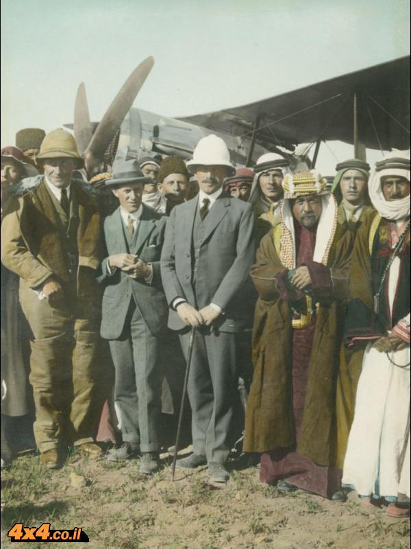 שדה התעופה בעמאן, 1921: לורנס, הרברט סמואל והאמיר עבדאללה בוגרא. בקצה השמאלי מציצה גרטווד בל