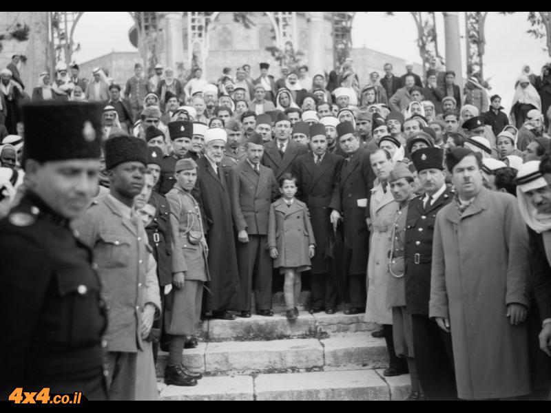 הילד פייסל השני, מלך עירק, על המדרגות בירושלים, בין כיפת הסלע למסגד אל-אקצא, 1943