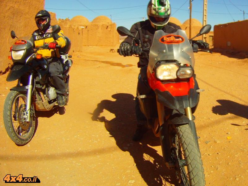 עד לקצה הכביש במדבר הסהרה ולדיונות של מרזוגה