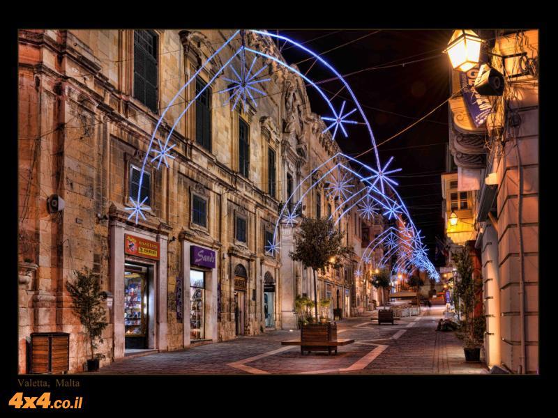 התקופה, ערב חג המולד, הוסיפה אורות וצבעים שלא נראים בסמטאות בכל יום (או לילה)