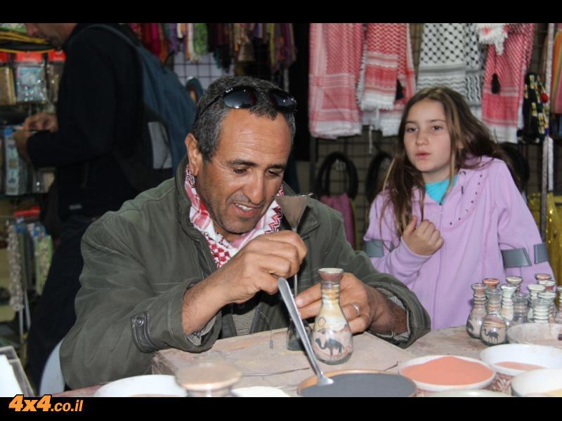 המדריך הירדני, עבדאללה, מכין עבורנו בקבוק מעוטר בחול צבעוני
