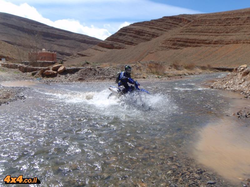 יום שני: מדבר בגובה 2,000 מטרים ומים זכים זורמים לעבר קניון הדאדס