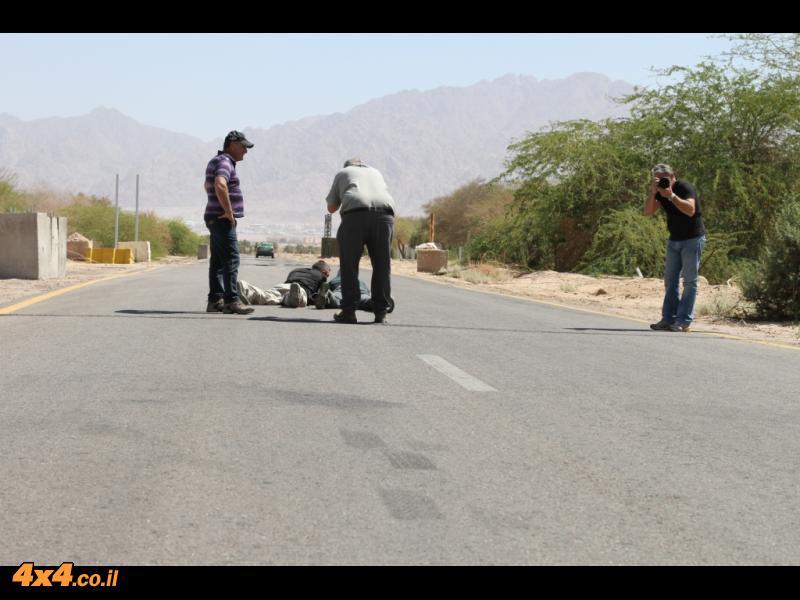 תחילתו של מסע - הצלמים נשכבים על הכביש...