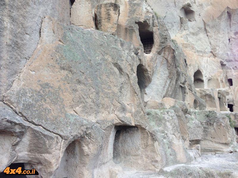 מעברי הרים ומערות