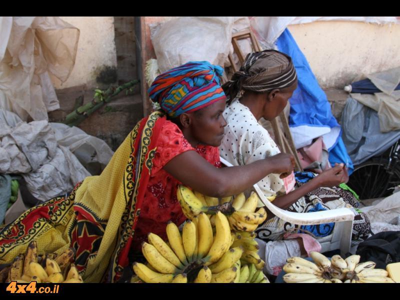 מטיילים בעיירה מושי (טנזניה)