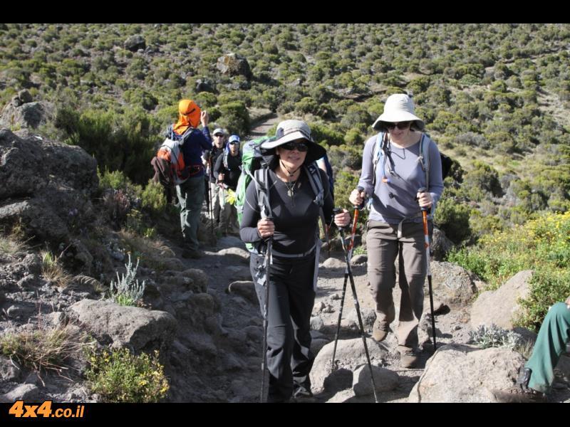היום השני לטיפוס - חם בדרך להורמבו - 3,700 מטרים