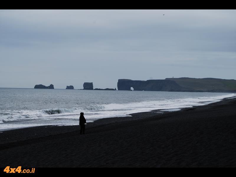 בוקר גשום בדרום האי ליד דירהוליי השער לאי באיסלנדית