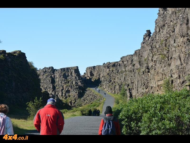 קו השבר בין הלוחות הטקטוניים האירו-אסייתי והאמריקאי חוצה את איסלנד -  היינו שם