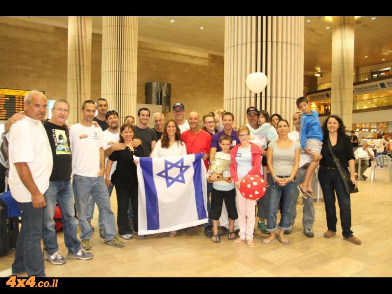תמונה קבוצתית לאחר הנחיתה בארץ