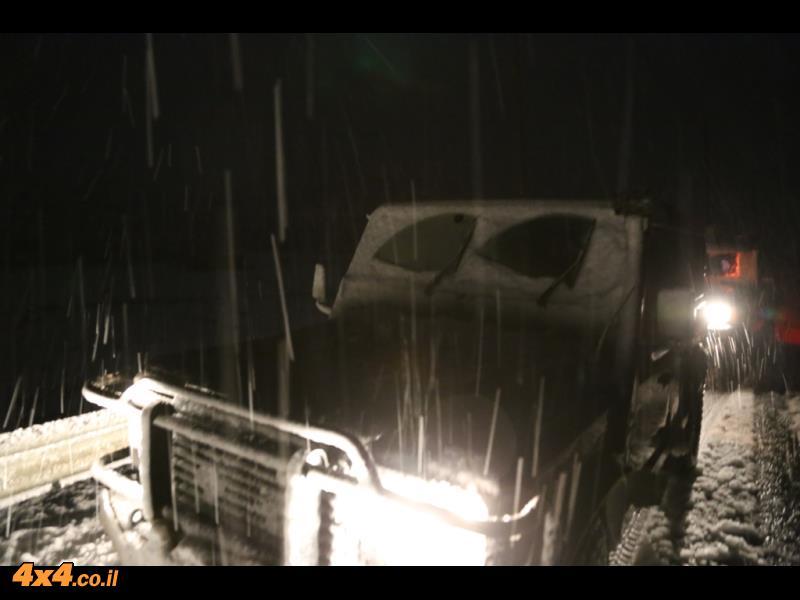סופת השלג מכסה את הדיפנדר על חוצה שומרון בדרך לחילוץ