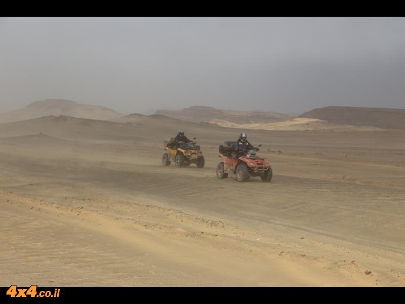 שבילים מדבריים מהירים והנוף סביב כמו של המדבר המערבי