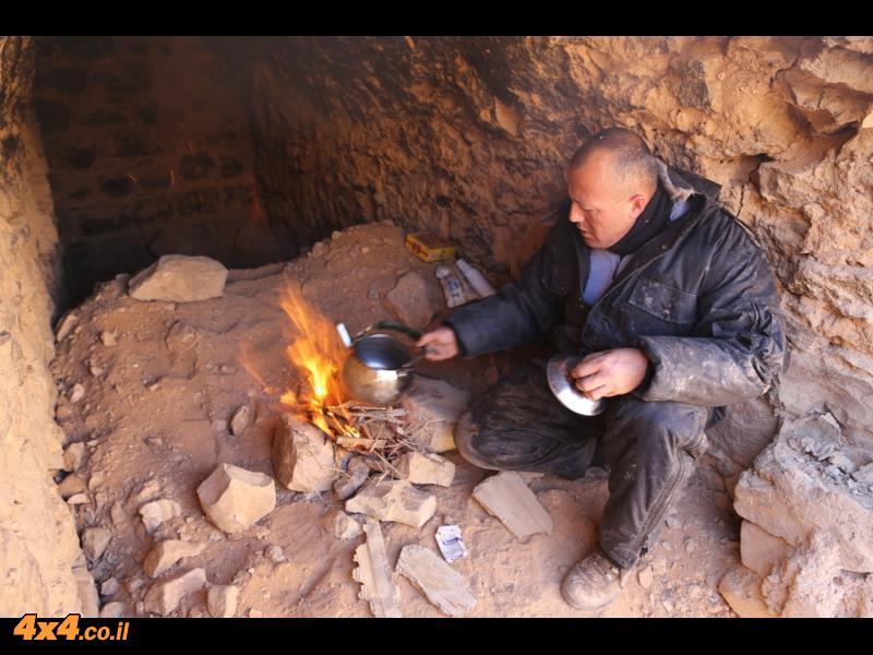 בדואי בחאן דרכים או ישי מכין לנו תה באמצע המדבר