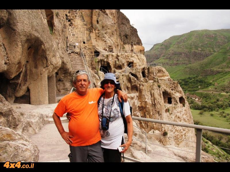 רינה ומשה על רקע מערות וארדזיה