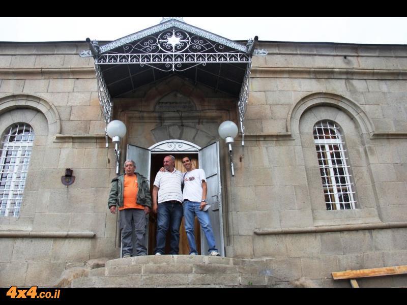 בכניסה לבית הכנסת באחלקציקי - שמעון במרכז איתי ועם משה כץ