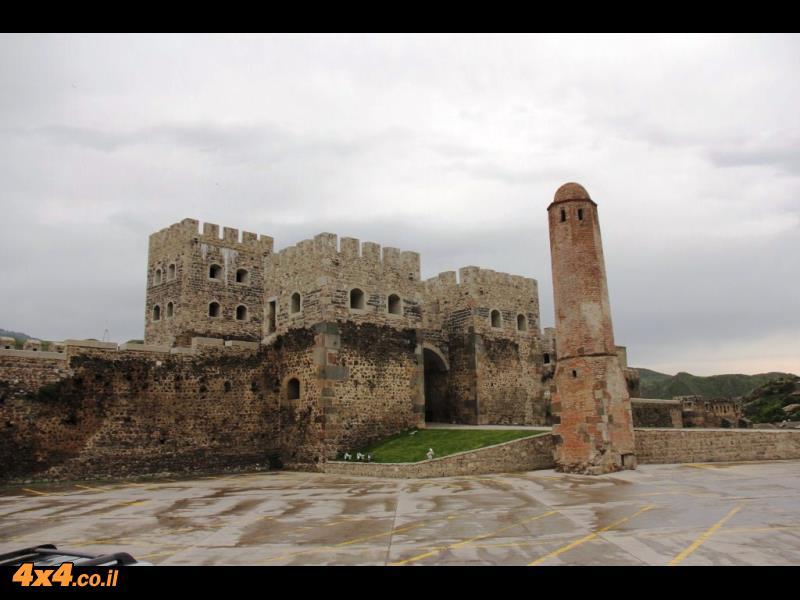 המבצר באחלציקי - רואים בבירור איפה נגמר המקור ואיפה מתחיל השחזור- מקום מדהים