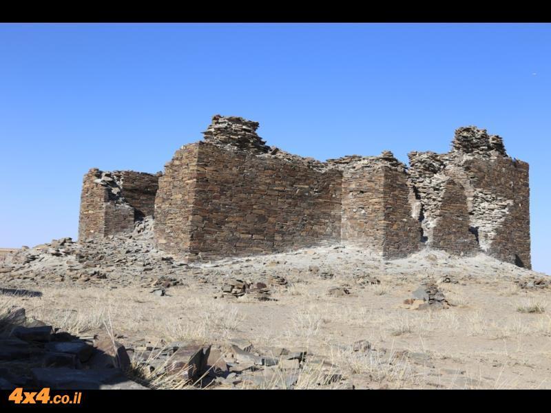 נדיר - מצודת אבן בלב הערבות של מדבר גובי